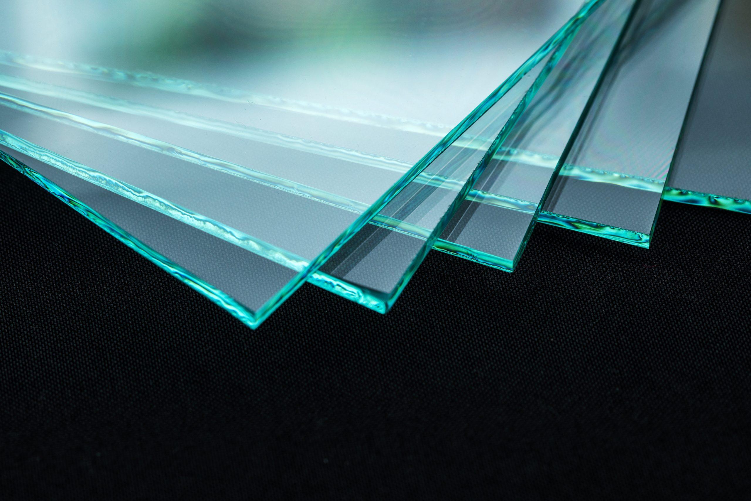 In der Fabrik hergestellte, gehärtete Glasscheiben aus gehärtetem Klarglas, zugeschnitten.